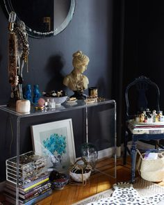 Writer Caroline Donofrio's Brooklyn Heights apartment has velvet curtains and a chair shaped like a giant hand. Dressing Room Closet, Dressing Rooms, Blue Wall Colors, Velvet Curtains, Vintage Glam, Vintage Style, Home Buying, House Tours, Fall Decor