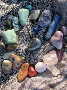 hematite, tigers eye, rose quartz, amethyst, chalcedony, turquoise, possibly lapis lazuli, and a number of other stones...