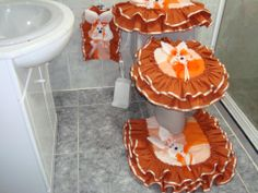 vestido baño Bathroom Crafts, Bathroom Sets, Sewing Projects For Beginners, Projects To Try, Doll Sewing Patterns, Bed Runner, Easy Home Decor, Crochet Home, Soft Furnishings