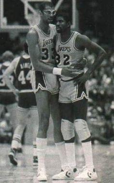 Kareem Abdul-Jabbar junto a Earving 'Magic' Johnson, Lakers I Love Basketball, Basketball Legends, Basketball Players, Magic Johnson, Nba Stars, Sports Stars, Showtime Lakers, Kareem Abdul Jabbar, Kobe Shoes