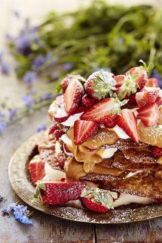 Mansikka-mantelikakku // Strawberry-almond Cake with whipped cream and dulche de leche Food & Style Elina Jyväs, Baking Instinct Photo Laura Riihelä www.maku.fi