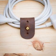 Cable Organizer, estensione cavo Wrapper pelle con un perno di ottone per Macbook caricabatterie di CapraLeather su Etsy https://www.etsy.com/it/listing/244503491/cable-organizer-estensione-cavo-wrapper