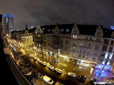 Vista do dormitório que tem varanda, com janela pra rua. À esquerda da foto, o prédio do antigo Banco Central Europeu. Hostel em Frankfurt, na Alemanha: United Hostel Frankfurt City Center | Viagem Primata