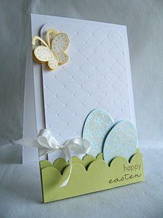 une carte de Pâques décorée d'oeufs en papier originaux et un papillon
