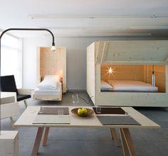 箱形ベッドが印象的なこのお部屋。アーティスト、ハリーターラーの家にある木製家具が美しいと評判です。全てが移動型家具です。
