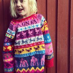 På sommarens hittills varmaste dag provar vi om nystickade tröjan passar. Det gör den. #hönsestrikk