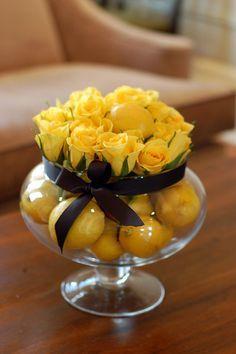Copa gigante con frutas amarillas, rosas amarillas y lazo del color elegido.