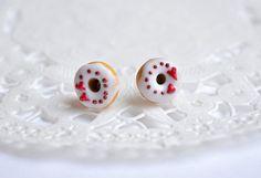 Puces donuts, gougeons donuts, bijou gourmand, bijou sucré, boucles d'oreilles donuts, petits beignes à la vanille et cœur rouge miniature