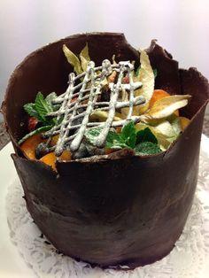 Slagroom-aardbeien taartje met chocolade en vers fruit
