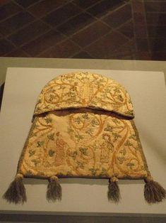 Bestickte Tasche mit Liebesgott und Liebespaar (GNM # T 1213) ca. 1301–1315. Trapezoidal purse