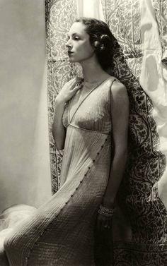 Mariano Fortuny - Couture - Robe 'Delphos' portée par Mrs.William Wetmore, posant devant un Tissu Fortuny - 1935