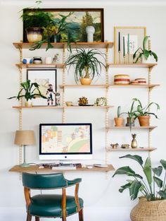 【壁いっぱいに緑のある暮らし】ナチュラルで落ち着いたウォールシェルフの収納兼ワークスペース | 住宅デザイン