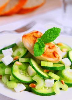 Gurken-Sellerie Salat mit Hühnerbrustfilet