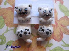 Pendientes gatitos colgando realizados en arcilla polimérica. Tienen un largo aproximado de 3,5 cm