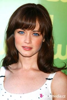 alexis bledel had big blue eyes and dark hair before zooey deschanel made it cool. just sayin. Dark Hair Blue Eyes, Blue Hair, Big Blue Eyes, Alexis Bledel, Hairstyle Curly, Updo, Cabelo Rory Gilmore, Cool Brown Hair, Zoey Deschanel
