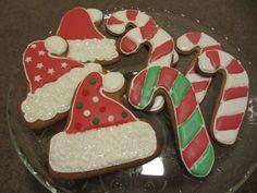 Joulun odottajan ensimmäiset piparit. Pikeerimassa maustettu piparminttuaromilla ja karkkikeppien päälle suihkaistu kimallespraytä. Näitä voisi vaikka lahjaksi kääräistä :-) -by Eija #Piparkakku #Joulu #Gingerbread #Christmas