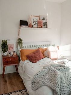 39 Awesome Modern Small Bedroom Design And Decor Ideas Dorm Room Walls, Room Ideas Bedroom, Room Wall Decor, Home Decor Bedroom, 50s Bedroom, Bedroom Inspo, Blue Bedrooms, Bedroom Designs, Hippie Bedrooms