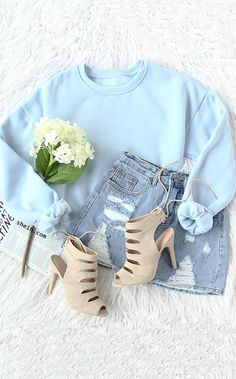 Casual fall fashion- Blue drop shoulder crop sweatshirt outfit.