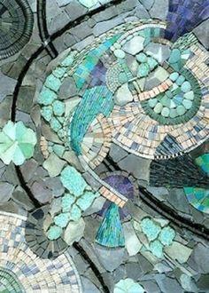 mosaik im garten abstrakte Forrmen in Blaugrün und Lila