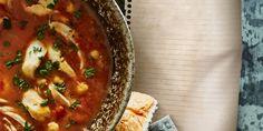Bestrooi de kip met zout en peper. Verhit de olijfolie in een soeppan en bak hierin de kip rondom lichtbruin. Schep de kip uit depan. Fruit de ui met de…