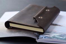 Кожаный блокнот на кольцах с карманами и креплением для карандаша на клапане Leather Notebook, Leather Journal, Leather Laptop Bag, Leather Purses, Refillable Journal, Handbags For Men, Passport Cover, Pen Case, Leather Projects