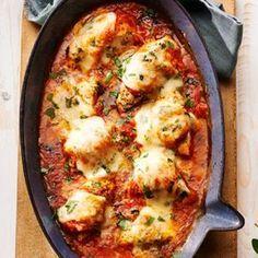 Kip met tomaat uit de oven ip met tomatensaus uit de oven Hoofdgerecht4 personen 70 min Ingrediënten - verse tijm, fijngehakt (1 eetlepel) - rijpe tomaten (750 gram) - knoflook, fijngehakt (1 teen) - ui, fijn gesnipperd (1 ) - parmezaanse kaas, vers geraspt (50 gram) - verse oregano of peterselie, fijngehakt (2 eetlepels) - mozzarella in plakjes (1 ) - gedroogde italiaanse kruiden (1 eetlepel) - kipfilet, in 8 stukken (400 gram) - olijfolie (5 eetlepels)