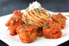 """Cannellini haba Vegetariana """"Meatballs"""", con salsa de tomate Receta La receta: Precalentar el horno a 350 grados F. Rocíe una bandeja completamente grande para hornear con aceite en aerosol.  En el tazón de un procesador de alimentos, combine los frijoles y pimientos rojos asados.  Pulse hasta picado, pero no en puré suave.  [[MAS]] Transfiera la mezcla a un tazón mediano y agregue la cebolla rallada, el ajo, el perejil, el orégano, el huevo, el pan rallado, la sal y la pimienta hasta que…"""