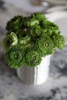 bouquet in green - green ranunculus Colorful Roses, Green Flowers, Green Colors, Beautiful Flowers, Green Theme, Flowers Nature, Cut Flowers, White Flowers, Bright Colors