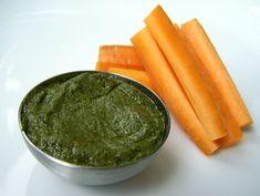 Pesto van walnoten en wortelgroen, veganistisch, zonder kaas, zonder melk - carrot leaf