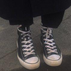 Сигаретный дым, алые руки от холода, голые ветки деревьев на улицах... Aesthetic Grunge, Aesthetic Photo, Aesthetic Pictures, Aesthetic Clothes, My Vibe, Look Cool, Chuck Taylor Sneakers, Just In Case, Me Too Shoes