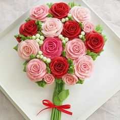 Learn how to make an amazing cupcake bouquet which is perfect for any time of the year such as Valentines and Mothers Day cupcakes Cupcake Flower Bouquets, Flower Cupcakes, Fun Cupcakes, Decorated Cupcakes, Rosette Cupcakes, Mothers Day Cupcakes, Valentine Day Cupcakes, Birthday Cupcakes, Cupcake Rosa