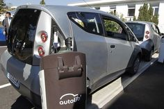 Les Parisiens ont pu tester dimanche 2 octobre 2011 les premières Bluecars d'Autolib', le système de voitures électriques en libre-service de Bolloré. REUTERS/Charles Platiau