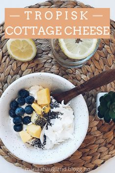 Tropisk cottage cheese med kokos og mango fra Maria Haugland | Sommermat | Hverdagsinspirasjon | Sunne måltider | Enkle snacks | Sunne snacks Cottage Cheese, Chia Seeds, Acai Bowl, Mango, Food And Drink, Dessert, Foods, Snacks, Dinner