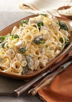 Easy Chicken & Broccoli Alfredo – This savory Alfredo recipe may seem complicated to make, but it's a snap when you know this shortcut. A creamy cheese sauce tops chicken, fettuccine pasta, and fresh broccoli in 20 minutes flat. Kraft Recipes, Pasta Recipes, Chicken Recipes, Cooking Recipes, Healthy Recipes, Recipe Pasta, What's Cooking, Pasta Alfredo Con Pollo, Healthy Eating Recipes