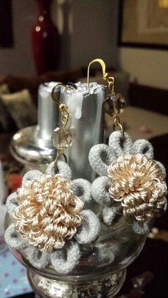Orecchini con eleganti fiori in passamaneria color grigio perla e avorio