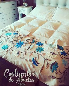 Ahora sí!!! Pie de cama de Paula completo!😍😍😍 Bed Sheet Painting Design, Designer Bed Sheets, Simple Embroidery Designs, Embroidered Bedding, Mexican Home Decor, Mexican Embroidery, Hand Embroidery Videos, Crochet Square Patterns, Bed Runner