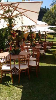 Mesas de convidados - #ombrelones #cadeiratiffanyimbuia #arranjoemombrelone #mesadejardim #umbrellas #tiffanychair #gardentable #flowerarrangementonumbrella