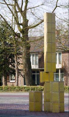 Herkenningselement geel. Kunstenaar: Yvonne Keijser.  Locatie: Muldershof in Zevenaar (gemeente Zevenaar).  Materiaal: keramische tegels.