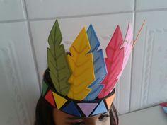 Um lindo cocar com 6 penas coloridas,feitas de eva.Uma ótima opção para festas infantis ou escolares.O cocar enfeita lindamente a cabeça das crianças.