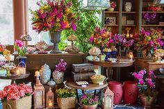 Com móveis da Chiavari e peças de mesa da Vintage and Cool, Andréa Kapps é quem assina esta decoração de casamento alegre. Vem ver as fotos!