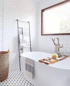 #Luz natural en el #baño? Un tesoro no siempre valorado! 🌞 Natural #light in the #bathroom? A treasure not always valued! 😍 #hacheintercalada #decoracion