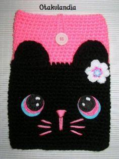 Funda para tablet de 26 x 18 cm realizada a mano en crochet con detalles en fieltro y abalorios... Perfecta para hacer un regalo ideal!!