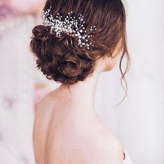 ⠀⠀⠀⠀• Ж Е М Ч У Г • ⠀ Доброе утро, весеннее и солнечное😜 ⠀ ⠀Если вы относитесь к классическим невестам, ваше кредо •э•л•е•г•а•н•т•н•о•с•т•ь• и безупречность! ⠀Украшение из жемчуга подчеркнет Ваш утонченный свадебный образ и будет идеально смотрится в ПУЧКЕ с фатой или без неё. ⠀ #KATIRINI ⠀ -------------------------------- Organization | @top_art_stylist Hair | @medvedeva_tatyana01 Jewelry | @katirini_ Model | @lizagorbenko Location | @hram_studio