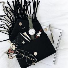 ‹ What's in my bag ? › 👀 Mon inséparable porte carte Chanel • Mon porte clef Minnie offert par mon bébé @anniestylediary • Le dernier RAL clinique (celui que je portais dans mes snaps lundi) • et mes lunettes de soleil Dior So Real