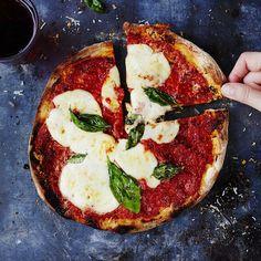 Tässä tulee pizzaresepti, jonka jälkeen et vilkuile enää muita. Vai miltä kuulostaa maistuva pohja, jota ei tarvitse lainkaan vaivata? Ja 10... Pizza Day, Good Pizza, Mozzarella, San Marzano Tomaten, Pizzeria, Savoury Baking, Food Photo, Vegetable Pizza, Food Inspiration