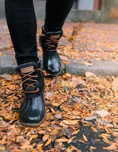 Duck Boots Outfit, Winter Boots Outfits, Dress With Boots, Winter Clothes, Autumn Aesthetic, Witch Aesthetic, Fashion Models, Sperry Saltwater Duck Boots, Sperry Duck Boots