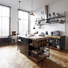 Parquet en espiga en cocina de ambiente industrial