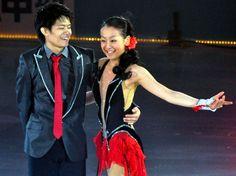 2011年7月23日、小塚崇彦(左)とペアのプログラムを滑った浅田真央