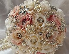 Ivoire, rose et BOUQUET de bijoux classiques Jeweled Brides Bouquet, Bouquet… Wedding Brooch Bouquets, Bride Bouquets, Floral Wedding, Wedding Flowers, Dress Wedding, Rose Bouquet, Boquet, Fabric Flowers, Marie