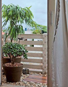 Por menor que seja a varanda, ela pode abrigar um jardim agradável. Bastam alguns vasos grandes e poucas placas de deque de madeira. O resto do piso, caso seja feio, pode ser coberto com pedriscos. Produção de Suzel Fontes